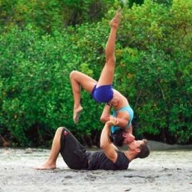 Ce couple associe sa passion pour le yoga à son amour des voyages et le résultat fait très envie !