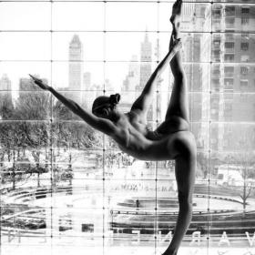 Cette jeune femme poste sur Instagram des postures de yoga qu'elle réalise nue