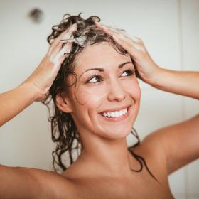 4 bonnes raisons de faire un gommage capillaire et comment préparer son gommage capillaire maison