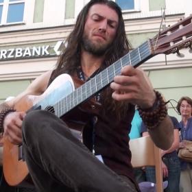 Ce guitariste hors pair joue tellement bien qu'il va vraiment vous épater