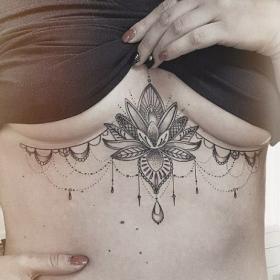 18 tatouages ultra sexy à se faire juste sous les seins