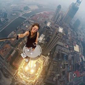 Cette Russe prend les selfies les plus dangereux du monde (et ça fait peur !)