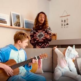 """Julien Doré rend une visite surprise à 2 enfants et chantent avec eux """"Nous"""" dans une vidéo adorable"""
