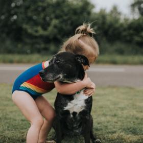 Les chiens ne peuvent pas s'empêcher d'aimer tout le monde, et c'est scientifiquement prouvé