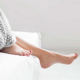 Pourquoi laisser ses pieds en dehors de la couette permet de mieux dormir