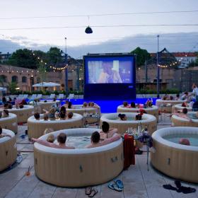 Ce cinéma en plein air permet de regarder tranquillement son film depuis un jacuzzi