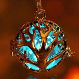 Ces bijoux qui brillent dans le noir vous donneront l'impression d'être magique