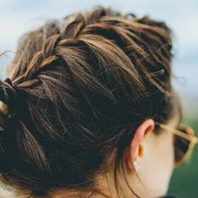 S'attacher les cheveux la nuit : est-ce une bonne ou une mauvaise idée ?