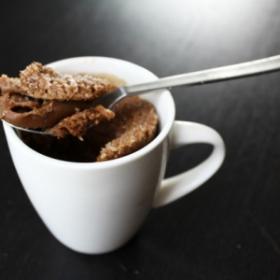 Le mug cake allégé chocolat et noix de coco à réaliser en moins de 5 minutes
