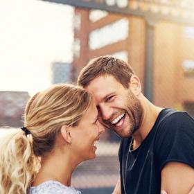 D'après cette étude, rire ensemble serait plus important que le sexe pour être heureux en couple