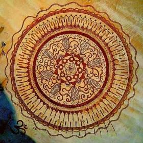 Cette créatrice réalise d'immenses mandalas magnifiques sur le sable des plages bretonnes