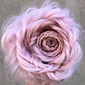Ces coiffures tressées en forme de rose sont plus faciles à faire soi-même que vous ne le pensez