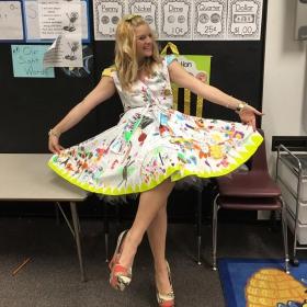 Cette institutrice a laissé ses élèves dessiner sur sa robe pour le dernier jour d'école