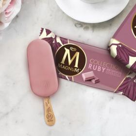Magnum sort une glace au chocolat blanc enrobée de Ruby et fourrée à la framboise