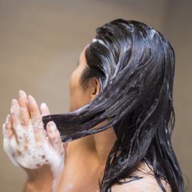 Vous lavez-vous les cheveux trop souvent ? Voici la réponse en fonction de votre type de cheveux