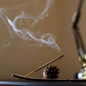 Faire brûler de l'encens est aussi dangereux pour la santé que de fumer à l'intérieur