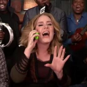 """Ecoutez Adele chanter """"Hello"""" accompagnée d'instruments de musique pour enfants"""