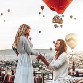 Elle refuse 42 fois de l'épouser... pour finalement le demander en mariage