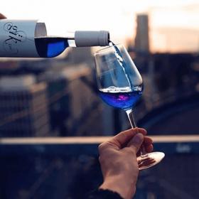 Le vin bleu : la boisson originale qui va vous faire oublier le rosé !