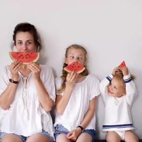 Ces photos d'une maman et de ses 2 filles en tenues assorties sont adorables