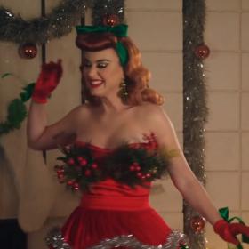 Katy Perry devient la Mère Noël dans son nouveau clip « Cosy Little Christmas »