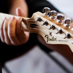 La marque Fender offre des cours en ligne gratuits de guitare, de basse et de ukulélé