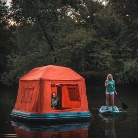 Non, vous ne rêvez pas : vous pouvez dormir sur l'eau grâce à cette tente flottante !