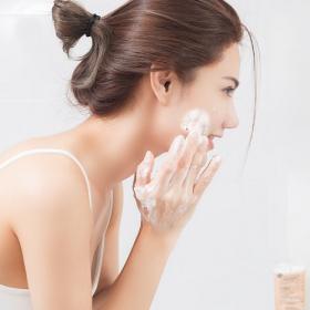 5 erreurs qu'on fait tous quand on se lave le visage (et qu'il faut vraiment éviter)