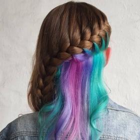 Découvrez la coloration arc-en-ciel cachée pour celles qui ne sont pas prêtes à se teindre les cheveux
