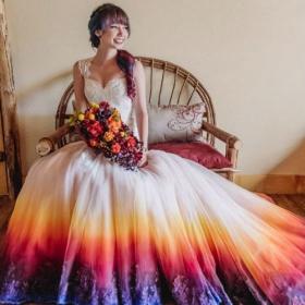 Ces robes de mariée tie and dye vont vous donner envie de vous marier en couleurs