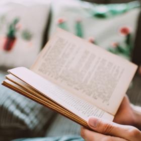 D'après cette étude, c'est prouvé : lire rend plus attirant !
