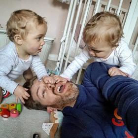 Un papa de 4 filles refuse de poster des photos Instagram parfaites et séduit les internautes