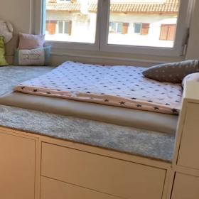 Ce DIY génial permet de créer un lit surélevé stylé avec plein de rangements (et on veut le même !)