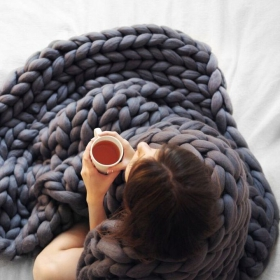 Quand vous aurez vu cette énorme couverture tricotée main, vous n'aurez qu'une envie : vous enrouler dedans !