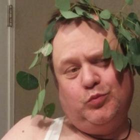 Ce père reproduit les selfies de sa fille pour l'embêter... et le résultat est hilarant !
