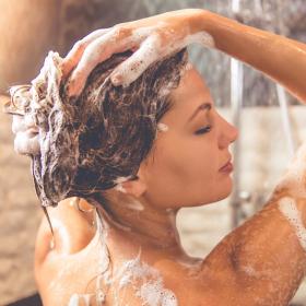 Voilà ce qui arrive à vos cheveux quand vous faites 2 shampoings d'affilée