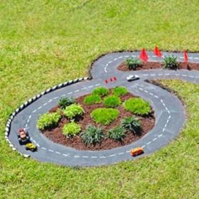 Ce papa creuse un trou dans le jardin pour créer un circuit automobile grandeur nature