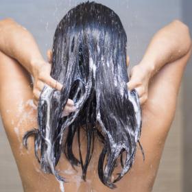 L'astuce toute simple pour ne plus perdre vos cheveux sous la douche