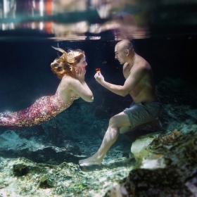 Elle rêvait d'être une sirène : il a réalisé son rêve en la demandant en mariage sous l'eau !