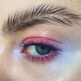 Découvrez les sourcils plume, la nouvelle tendance sourcils étonnante
