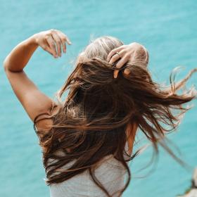 Voilà ce qui arrivera à vos cheveux si vous les séchez ou que vous les lissez après avoir mis de l'huile