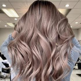 Découvrez le blond cacao, la coloration parfaite pour mettre de la chaleur dans vos cheveux