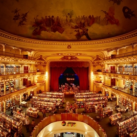 Cet ancien théâtre vieux de 100 ans a été transformé en une librairie absolument époustouflante