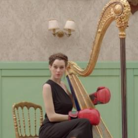 Jouer de la harpe avec des gants de boxe, vous avez dit absurde ?