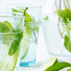La recette d'eau detox au concombre, citron vert et menthe pour faire le plein de vitamines