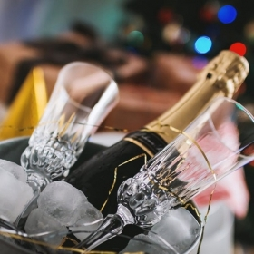 Boire du champagne fait disparaître la cellulite : mais POURQUOI on ne nous l'a pas dit plus tôt ?!