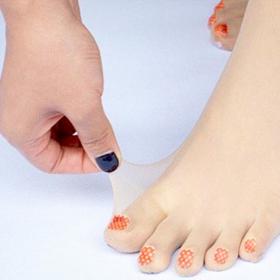 Les collants avec des orteils pré-vernis : oui oui, c'est la dernière tendance au Japon !