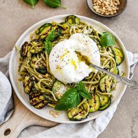 La recette de spaghetti aux courgettes grillées, à la burrata et au pesto