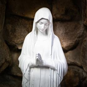 Statues de la Vierge Marie et symbolique
