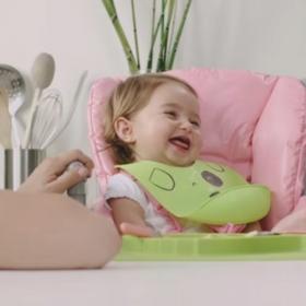 Comment faire pour que bébé mange proprement et avec le sourire